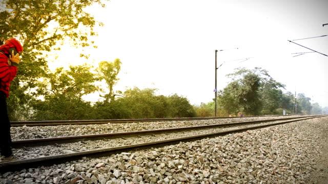 vídeos y material grabado en eventos de stock de hombre hablando por teléfono móvil cerca de vías de ferrocarril - t mobile