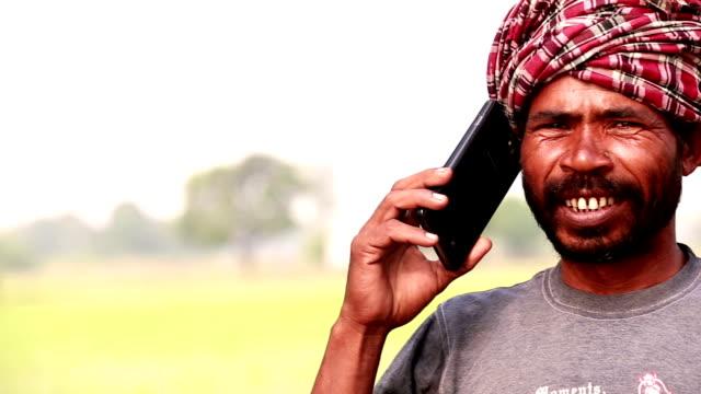vídeos y material grabado en eventos de stock de hombre hablando por teléfono móvil - t mobile