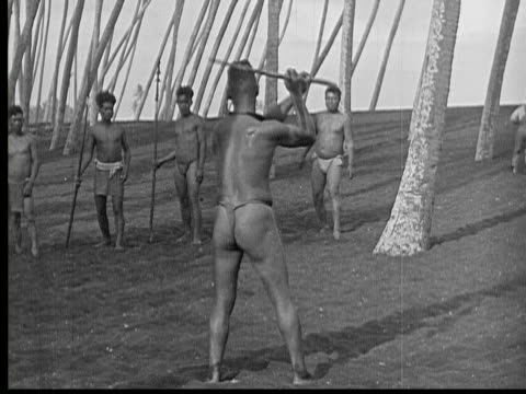 vidéos et rushes de 1934 b/w montage ws men throwing and catching arrows / hawaii, usa - attraper