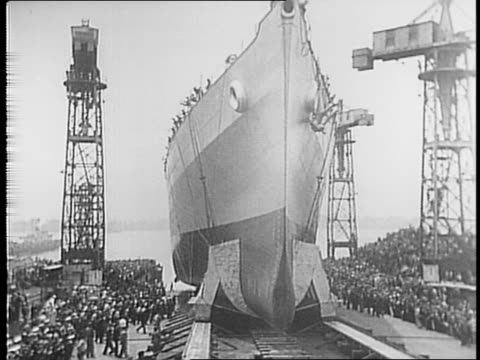 men thrust ropes / philadelphia shipyard the uss terror launches with a crowd watching / man with young child sits on his shoulders / shot of uss... - kiel rumpf stock-videos und b-roll-filmmaterial