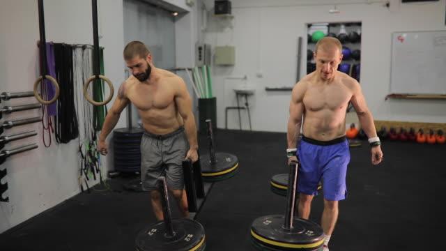vidéos et rushes de hommes de la formation en salle de gym - masculinité