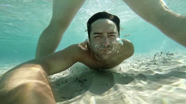 vídeos y material grabado en eventos de stock de hombres bajo el agua. cámara lenta - agua estancada