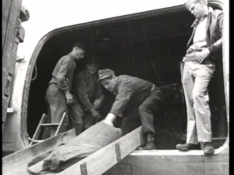 men unload a food plane at a berlin airport during the blockade - (war or terrorism or election or government or illness or news event or speech or politics or politician or conflict or military or extreme weather or business or economy) and not usa stock-videos und b-roll-filmmaterial