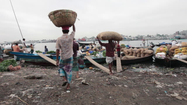 men unloading and uploading goods from boats at the sadarghat boat terminal, dhaka, bangladesh, indian sub-continent, asia - dhaka stock videos & royalty-free footage