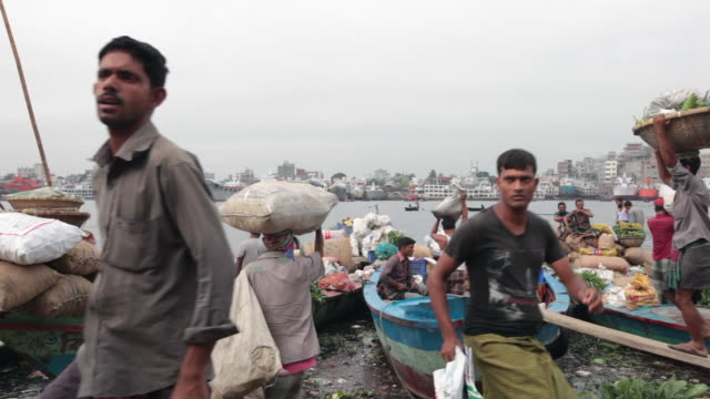 men unloading and uploading goods from cargo boats at the sadarghat boat terminal, dhaka, bangladesh, indian sub-continent, asia - dhaka stock videos & royalty-free footage
