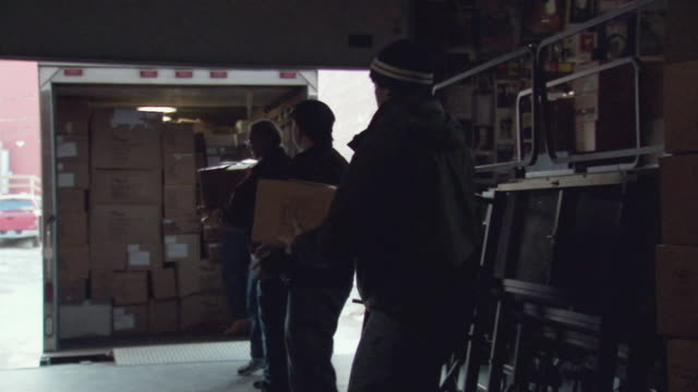 ms men unloading boxes from truck / rutland, vermont, usa - entladen stock-videos und b-roll-filmmaterial
