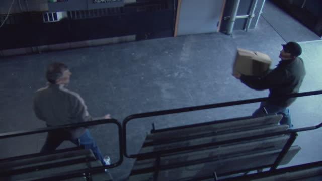 vídeos de stock e filmes b-roll de ms men unloading boxes from truck / rutland, vermont, usa - ir a passar