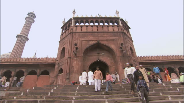 ws zi men walking in and out of mosque gate/delhi, national territory of delhi, india - dischdascha stock-videos und b-roll-filmmaterial