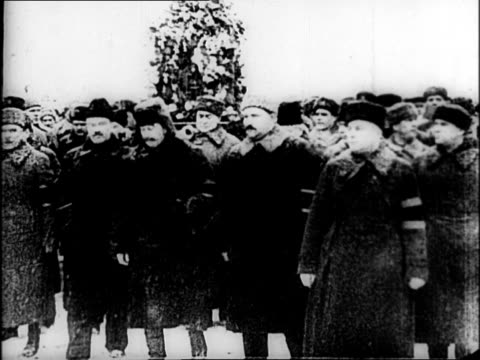 vídeos de stock e filmes b-roll de men walking in funeral during blizzard for victims of joseph stalin's great purge / crowd watching funeral procession / troops hold large posters... - joseph stalin