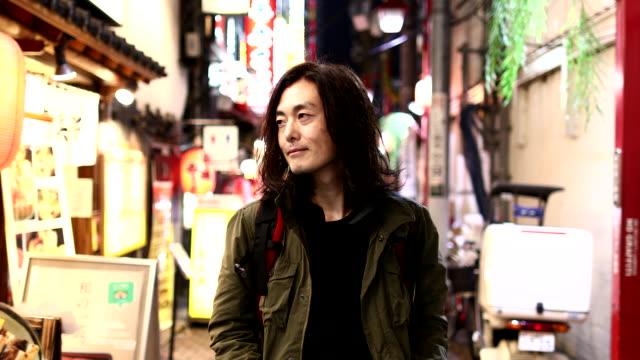 men walking in shinjuku omoide yokocho - 居酒屋点の映像素材/bロール