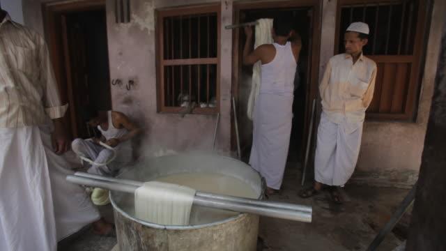 vídeos y material grabado en eventos de stock de ms men washing cloth in hot water / varanasi, india - forma de barra