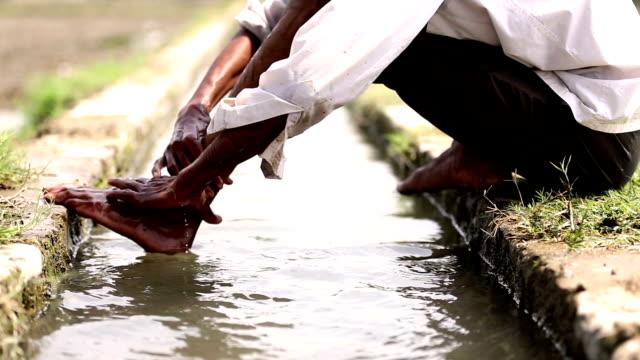 vídeos de stock, filmes e b-roll de lavar os pés de homens - higiene
