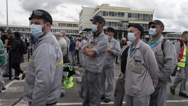 vidéos et rushes de men wearing masks on their faces listen to a speaker as people gather in front of the french car manufacturer renault factory in a demonstration with... - classe ouvrière