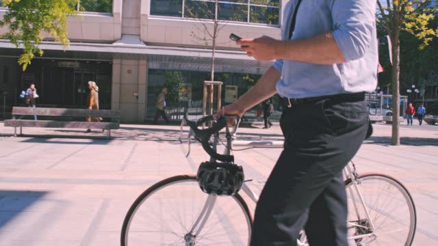 SLO-MO-Männer mit Bart, die Benutzung eines Mobiltelefons während des Gehens in der Stadt