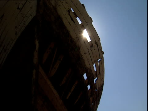 men work on a replica of noah's ark. - avvenimento biblico video stock e b–roll