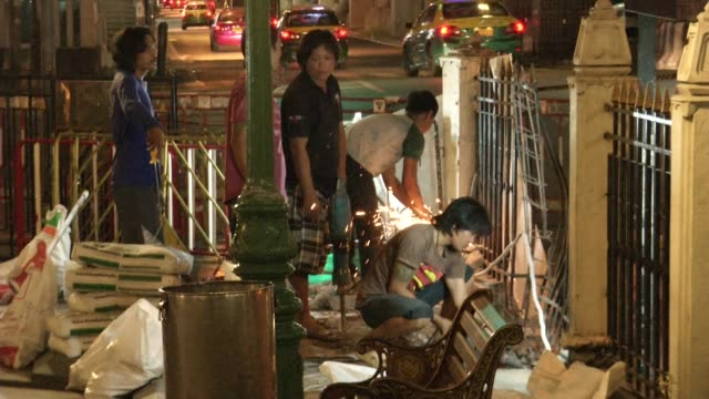 men work to repair damage at erawan shrine a day after a bomb exploded close to the shrine in the center of thailand's capital, bangkok, killing at... - エラワン聖堂点の映像素材/bロール