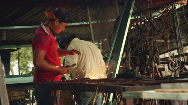 vídeos de stock e filmes b-roll de men working at blacksmith's at palenque, mexico - palenque