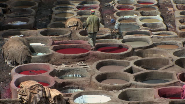 vídeos de stock, filmes e b-roll de ws ha tu men working at stone vessels in tannery, fez, morocco - tintura
