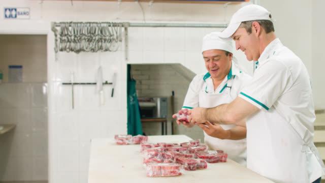 Mannen aan het werk in de slagerij