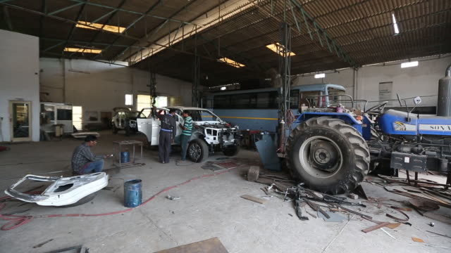 vídeos de stock, filmes e b-roll de men working at workshop of laggar industries during customizing armored vehicles jalandhar punjab india on monday april 29 2019 - à prova de balas
