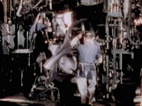 men working in a car factory - 自動車工場点の映像素材/bロール