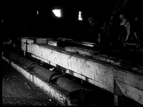 vidéos et rushes de 1927 b/w ms pan men working in lumberyard, ontario, canada - chantier de scierie