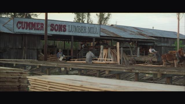 ws men working in lumberyard - deposito di legname video stock e b–roll