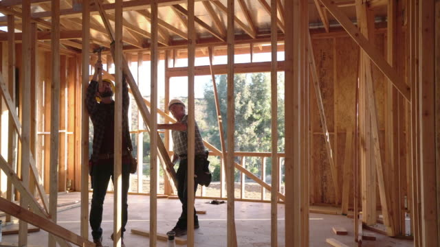 vidéos et rushes de ws ts men working on a house. - chantier de construction