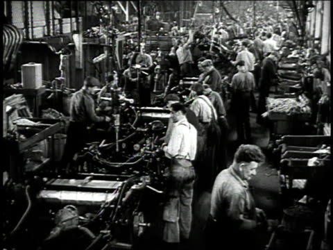 vídeos de stock e filmes b-roll de 1942 montage men working on assembly line / detroit, michigan, united states - 1942