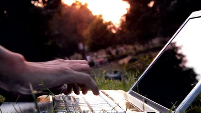 vídeos de stock, filmes e b-roll de homens trabalhando no laptop - pouca luz