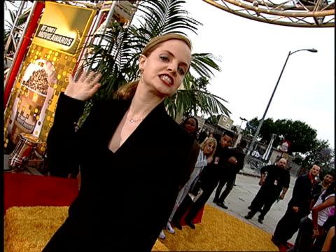 mena suvari arriving on the red carpet at the 2001 mtv movie awards. - mena suvari stock videos & royalty-free footage