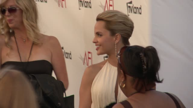 stockvideo's en b-roll-footage met mena suvari at shirley maclaine honored with the 40th afi life achievement award mena suvari at shirley maclaine honored on june 07 2012 in los... - afi life achievement award