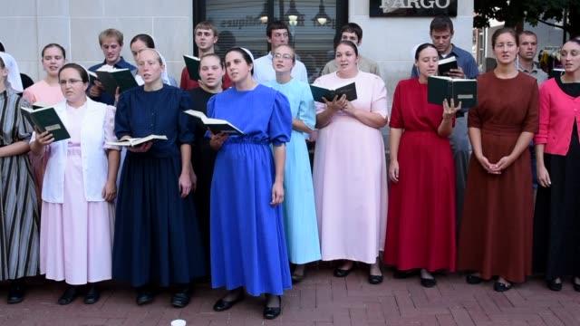 vídeos de stock, filmes e b-roll de mennonite choir performs life on main street charlottesville - amish