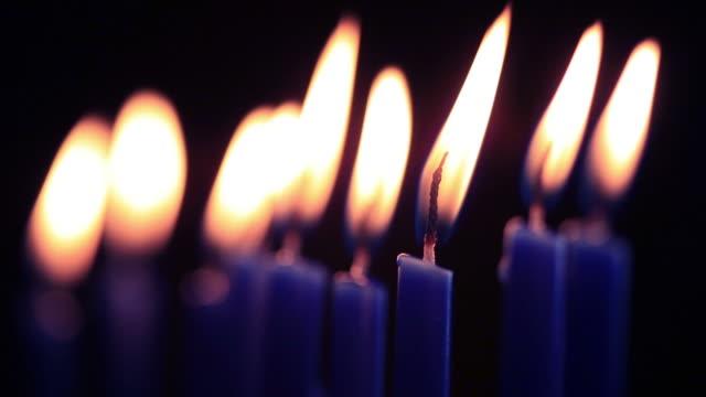 vídeos de stock, filmes e b-roll de menorah velas de vídeo em alta definição - candelabro