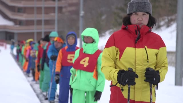 A menos de un ano de los Juegos Olimpicos de Invierno en Corea del Sur su vecina del Norte se introduce poco a poco en el esqui en el Monte Taehwa...