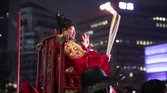 A menos de un mes del inicio de los Juegos Olimpicos de Invierno Pyeongchang 2018 la capital surcoreana Seul recibio el sábado la llama olimpica en...