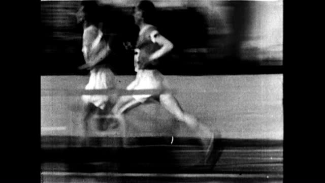 "vídeos y material grabado en eventos de stock de men's 10000m has paavo nurmi vs. ville ritola aka ""the flying finns"". nurmi finds the strength to overtake ritola at the end. - 1928"