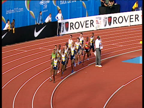 men's 800m competitors race in tight group, 2004 crystal palace athletics grand prix, london - 800 metre stock videos & royalty-free footage