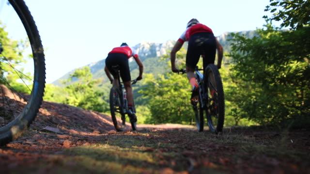 メンズ サイクリング チーム自転車レースのための準備 - クロスカントリーサイクリング点の映像素材/bロール