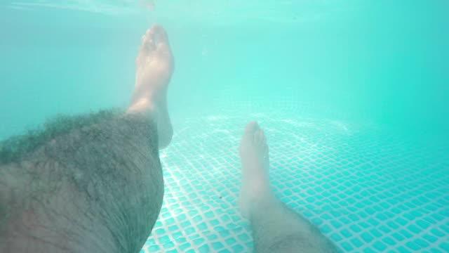 vídeos de stock, filmes e b-roll de masculinos pés na piscina - dedo do pé humano