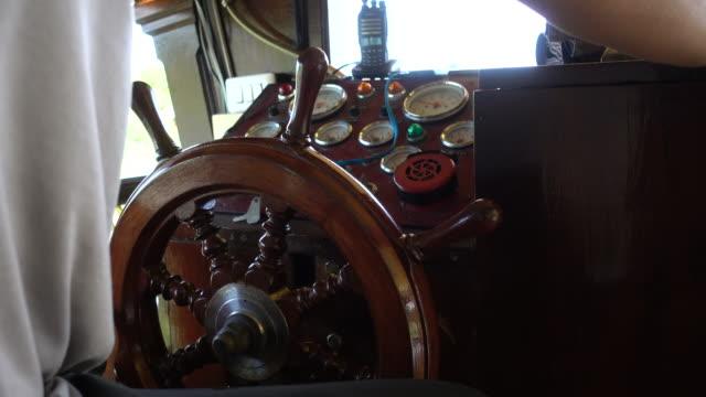 男性の手は小さなヨットのハンドルを握る - nautical vessel点の映像素材/bロール