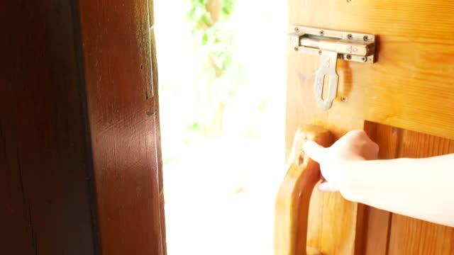 vidéos et rushes de hommes frapper la porte, ouvrir la porte, 4k résolution. - porte structure créée par l'homme