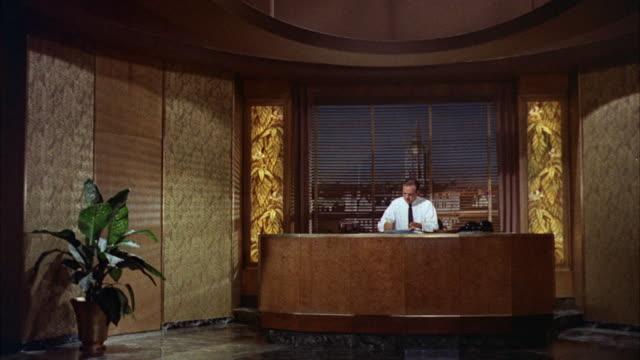 vidéos et rushes de ms mens talking at reception - réception d'hôtel