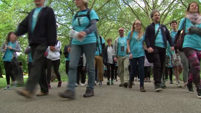 vidéos et rushes de clasp mental health and suicide prevention march england london battersea park ext campaigners for clasp charity along on protest march holding up... - suicide
