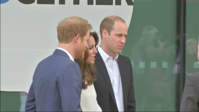 duke and duchess of cambridge and prince harry help launch heads together project england london stratford queen elizabeth ii olympic park... - angesicht zu angesicht stock-videos und b-roll-filmmaterial