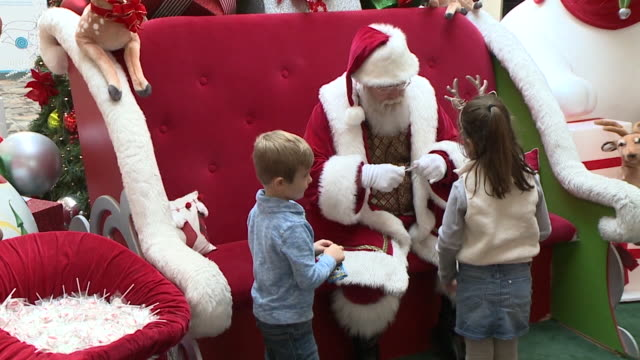 vidéos et rushes de mentor, oh, u.s. - children visiting sensory-friendly santa in shopping mall in northeast ohio on wednesday, november 27, 2019. - centre commercial