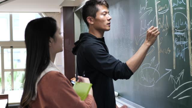 大学での指導 - 教室でブレーンストーミングをする学生 - east asian ethnicity点の映像素材/bロール