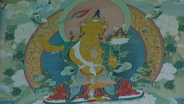 vidéos et rushes de men-tsee-khang, dharamsala. a buddhist thangka depicting a buddhist deity in the men-tsee-khang astrology center in dharamsala. - littérature