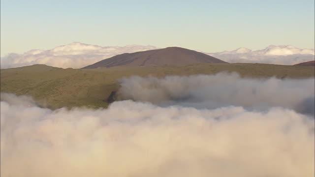 vídeos de stock, filmes e b-roll de mer de nuage et volcan la réunion - ilha da reunião