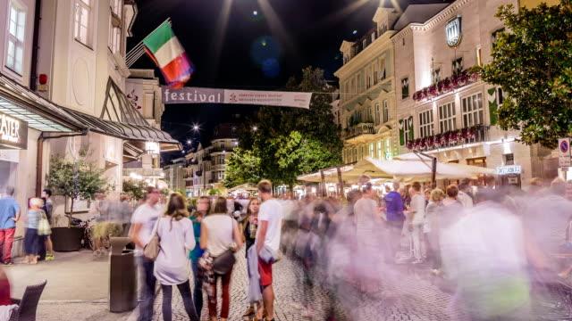 vídeos de stock e filmes b-roll de merano city festival 2015 time lapse - bar local de entretenimento